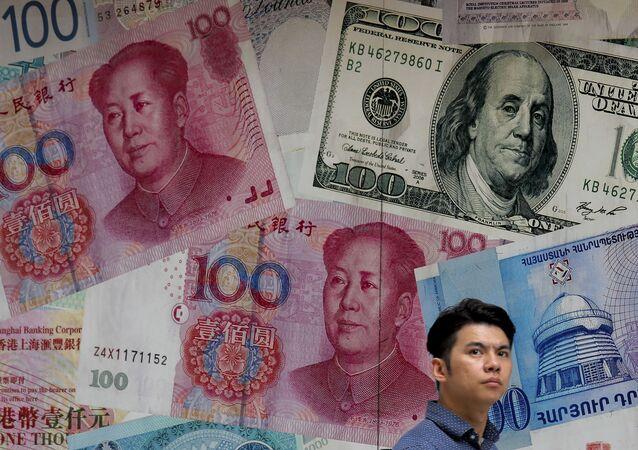 Mężczyzna przed kantorem wymiany walut w Hongkongu