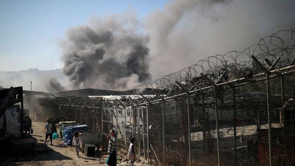 Dym z ogień w obozie dla uchodźców w Moria na greckiej wyspie Lesbos  - Sputnik Polska