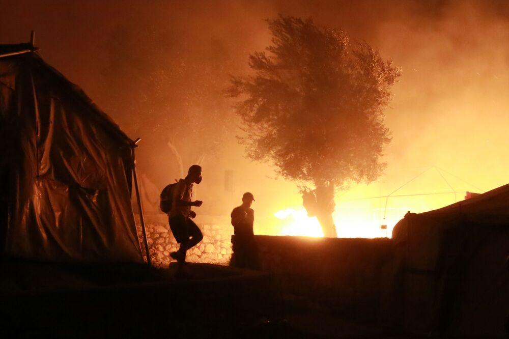 Dym z ogień w obozie dla uchodźców w Moria na greckiej wyspie Lesbos