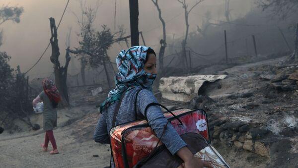 Migranci w spalonym obozie w Moria na Lesbos - Sputnik Polska