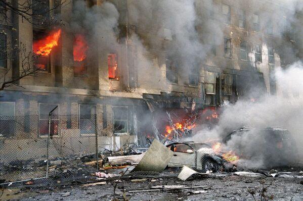 Uszkodzony samochód podczas ataku z 11 września - Sputnik Polska