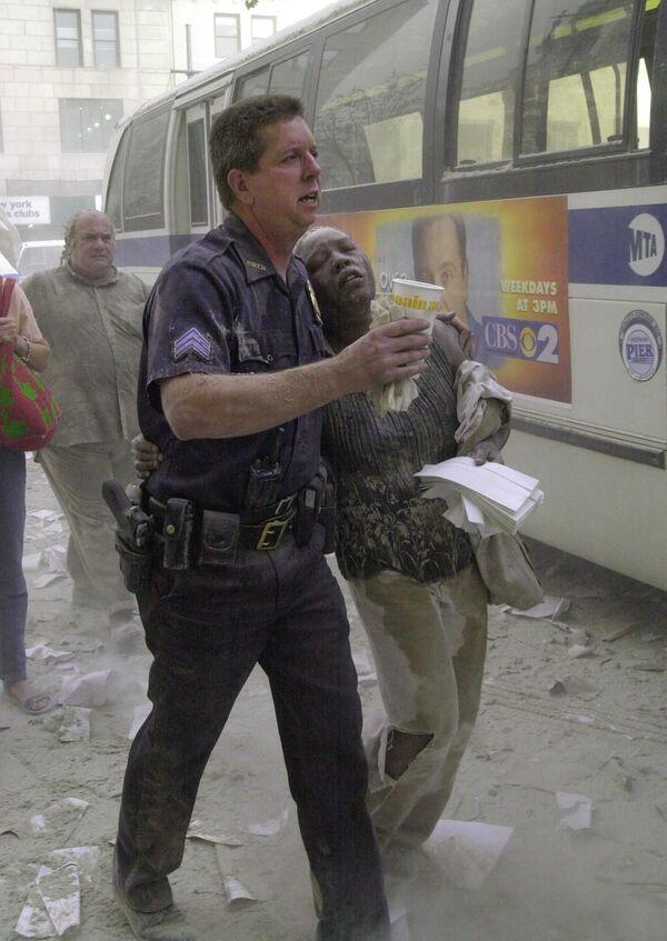Policjant z ofiarą ataku terrorystycznego z 11 września, USA - Sputnik Polska