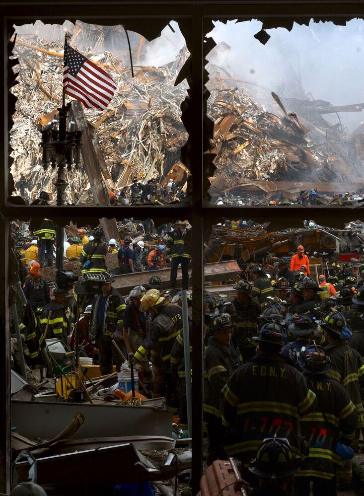 Strażacy na gruzach zaatakowanego World Trade Center w Nowym Jorku