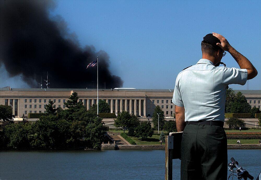 Pracownik przy budynku Pentagonu po ataku terrorystycznym z 11 września, USA
