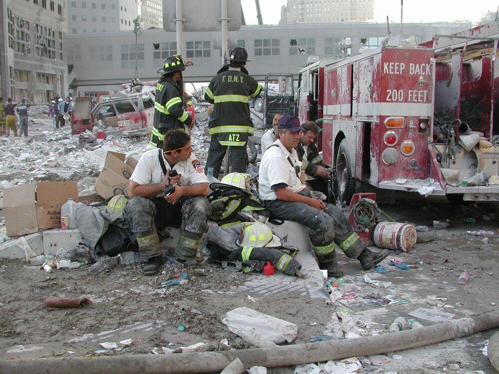 Strażacy odpoczywają podczas akcji ratunkowej po ataku z 11 września w Nowym Jorku