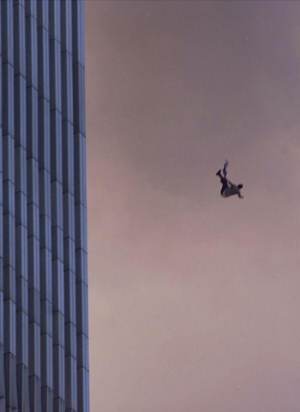 Mężczyzna spada z jednej z wież World Trade Center podczas ataku terrorystycznego z 11 września w Nowym Jorku - Sputnik Polska