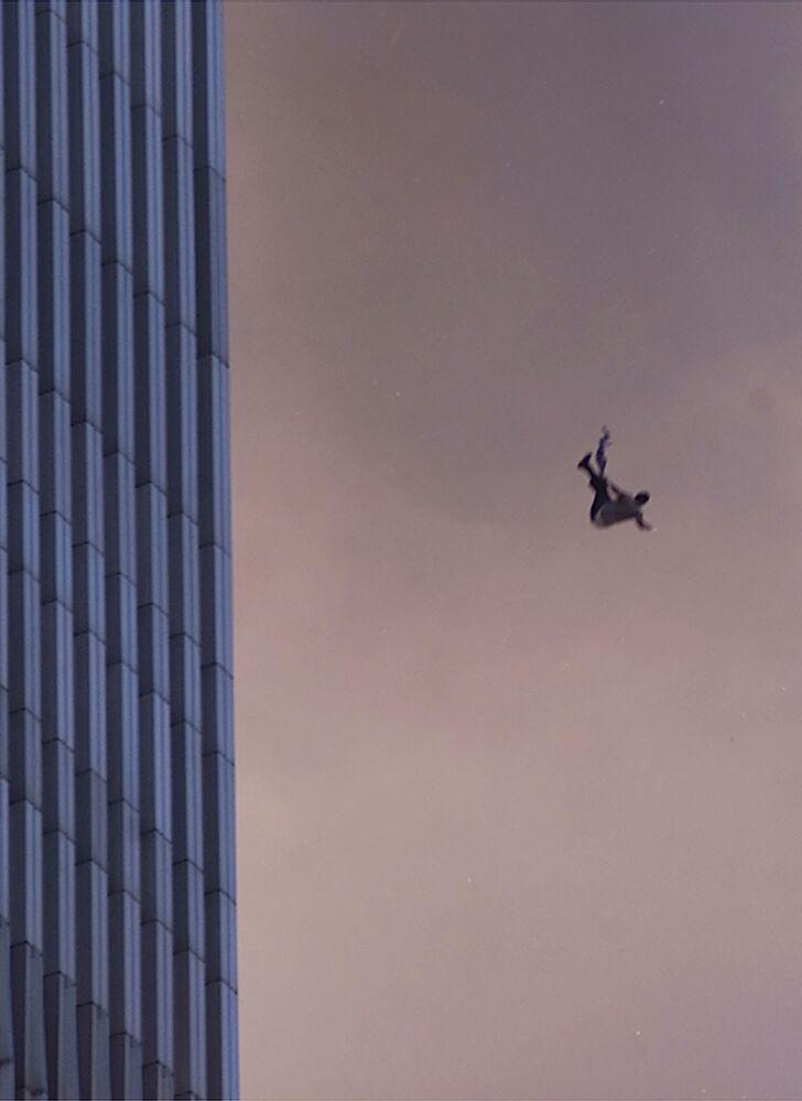 Mężczyzna spada z jednej z wież World Trade Center podczas ataku terrorystycznego z 11 września w Nowym Jorku