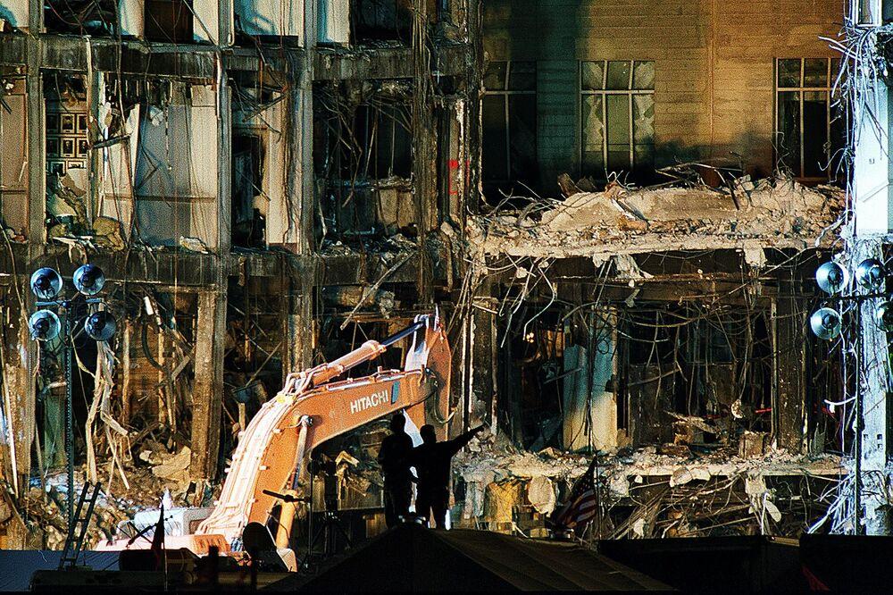 Oczyszczenie Pentagonu ze zniszczenia po ataku 11 września w Waszyngtonie