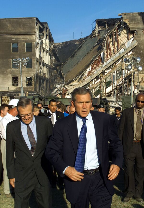Prezydent USA George W. Bush w pobliżu zaatakowanego budynku Pentagonu - Sputnik Polska
