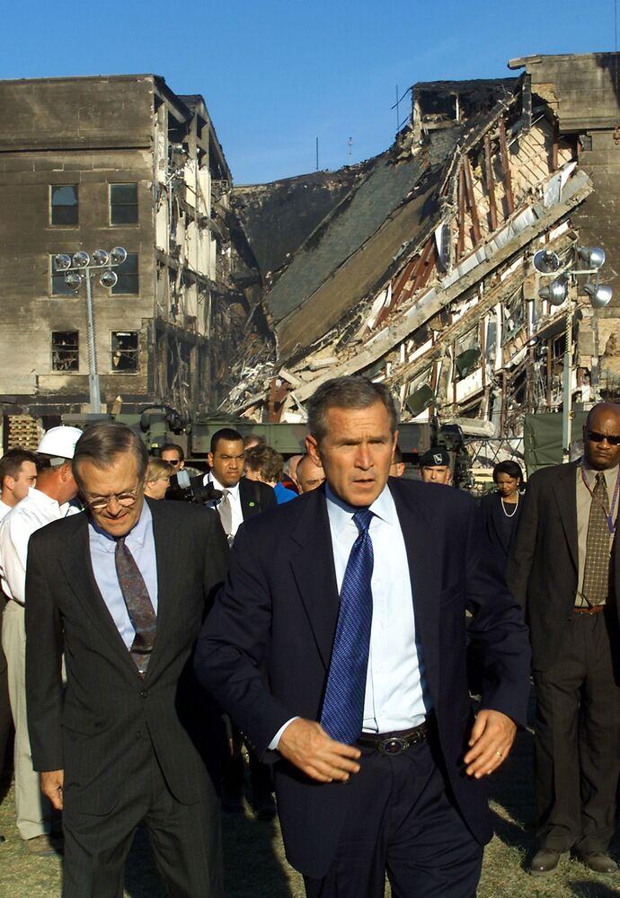 Prezydent USA George W. Bush w pobliżu zaatakowanego budynku Pentagonu