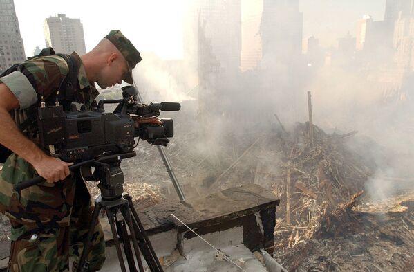 Kamerzysta filmujący zniszczenia na terenie World Trade Center po ataku w Nowym Jorku - Sputnik Polska