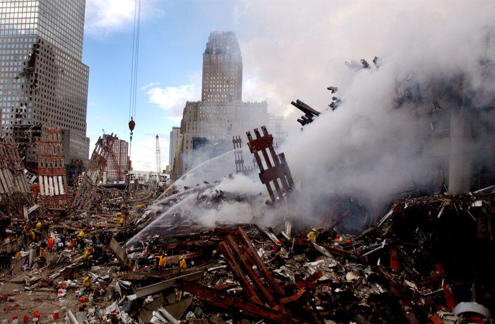 Gaszenie pożaru w miejscu zaatakowanego World Trade Center 11 września w Nowym Jorku
