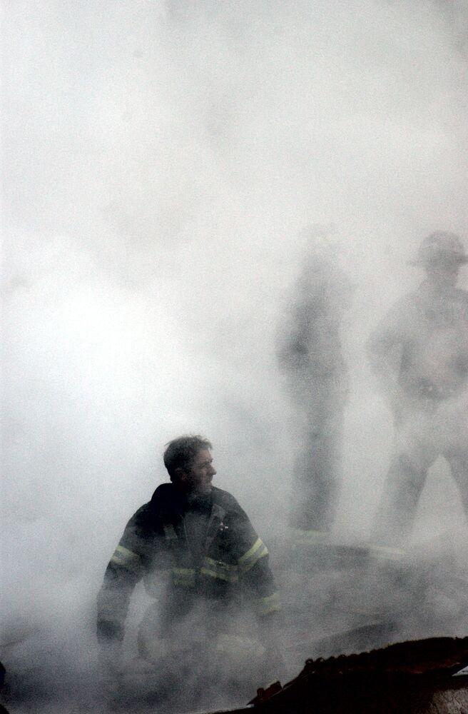Strażak w dymie po zniszczeniu World Trade Center 11 września w Nowym Jorku