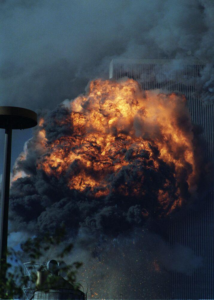 Południowa wieża World Trade Center płonie po atakach z 11 września