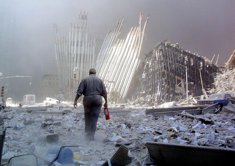Mężczyzna z gaśnicą w miejscu ataku na World Trade Center 11 września w Nowym Jorku