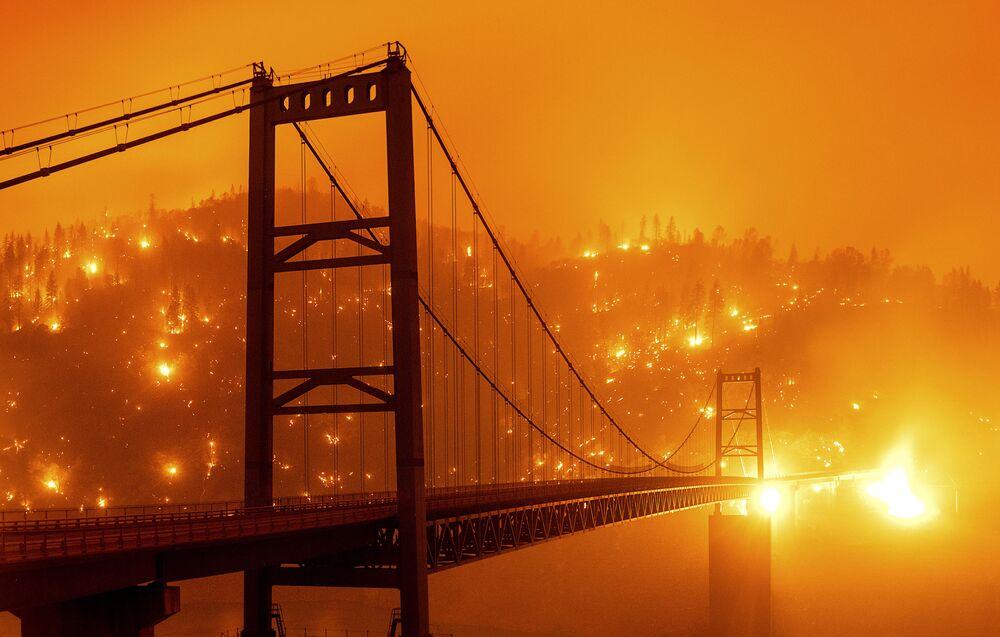 Most na tle płonącego lasu w Kalifornii.