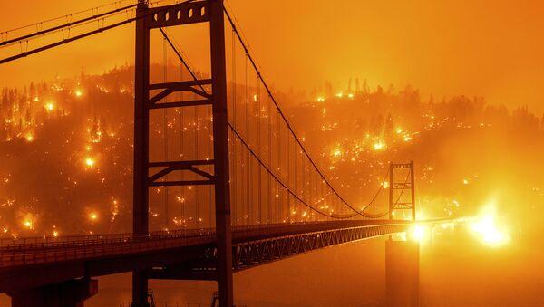 Most na tle płonącego lasu w Kalifornii - Sputnik Polska