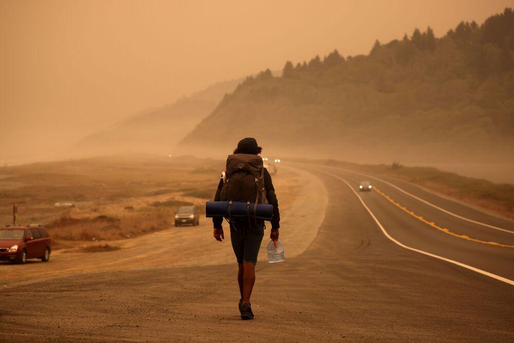 Mężczyzna na drodze wzdłuż Oceanu Spokojnego, Kalifornia.