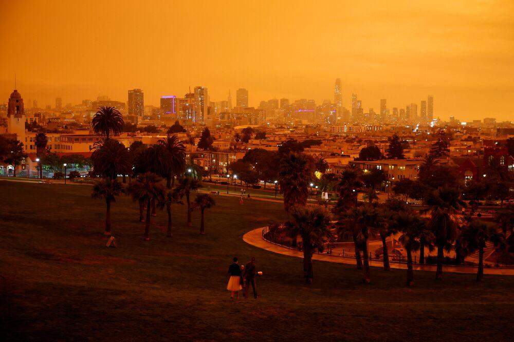 Pomarańczowe od pożarów niebo nad San Francisco, Kalifornia.
