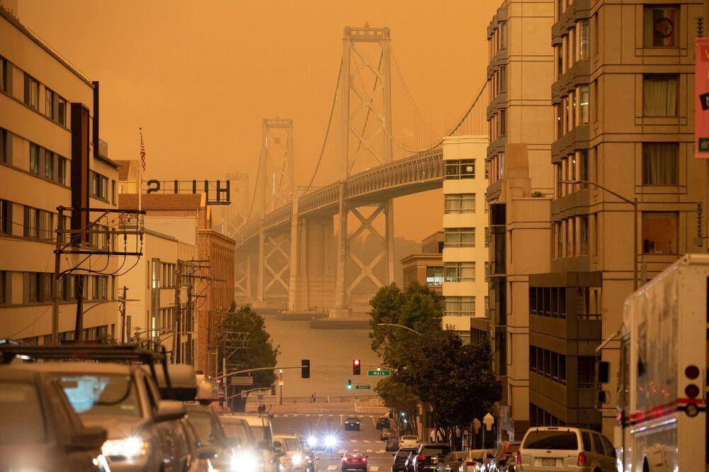 Pomarańczowe od pożarów niebo nad mostem w San Francisco, Kalifornia.