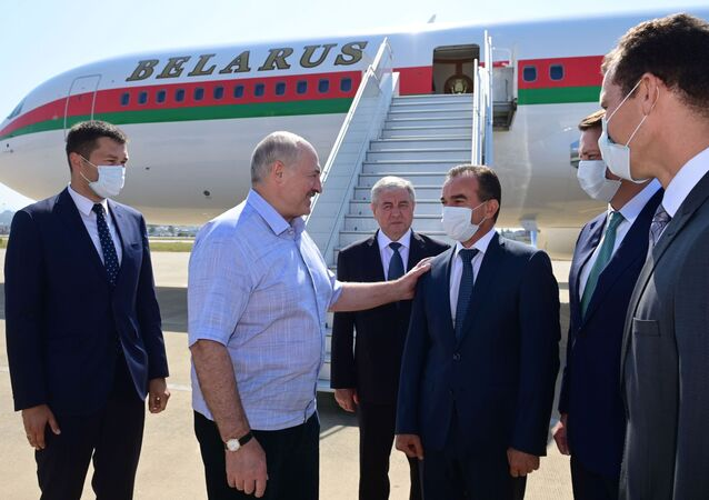 Prezydent Białorusi Alaksandr Łukaszenka po przybyciu do Soczi na spotkanie z Władimirem Putinem