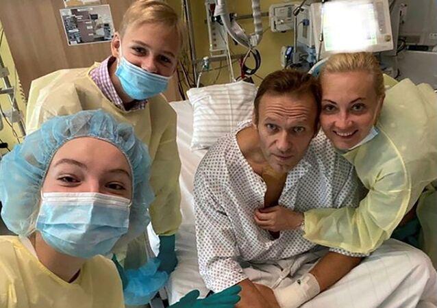 Bloger Aleksiej Nawalny z rodziną na oddziale kliniki Charite w Berlinie