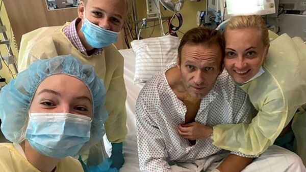 Bloger Aleksiej Nawalny z rodziną na oddziale kliniki Charite w Berlinie - Sputnik Polska