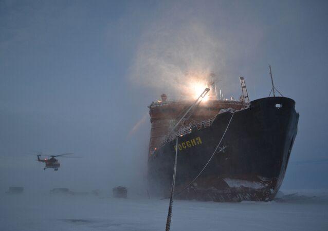 """Lodołamacz, który przywiózł rosyjskich polarników na Arktykę w celu rozmieszczenia nowej dryfującej stacji """"SP-40"""""""