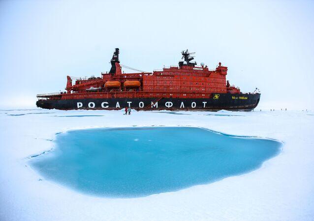 """Lodołamacz atomowy """"50 Lat Zwycięstwa"""" na biegunie północnym"""