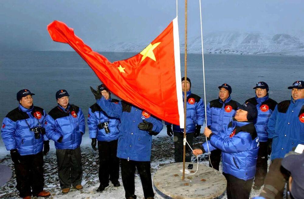 Członkowie chińskiej wyprawy na biegun polarny podnoszą chińską flagę narodową w Longyearbyen w Norwegii