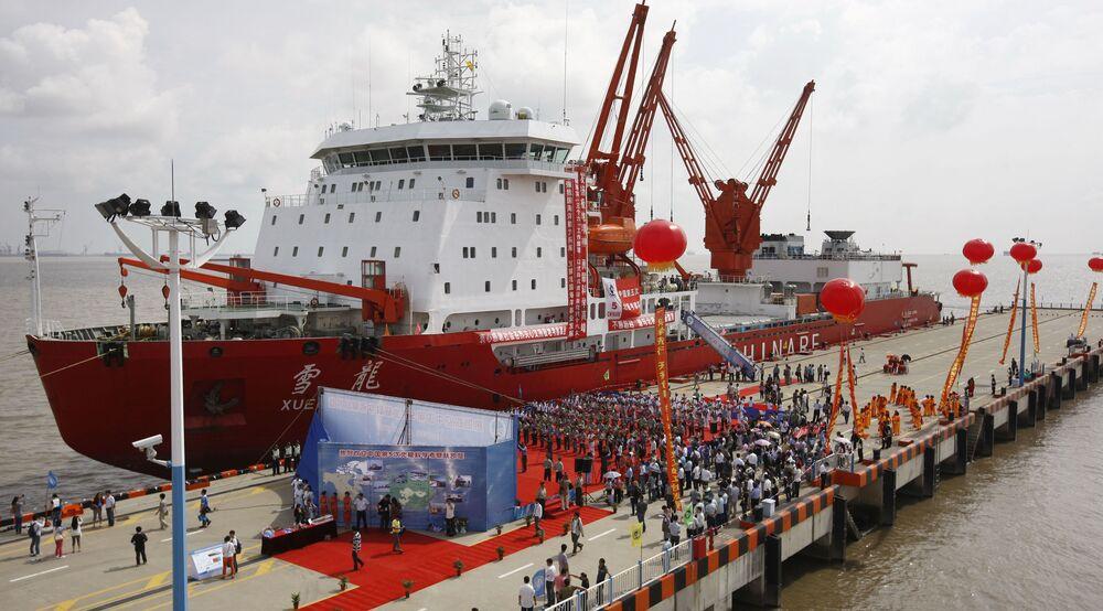 """Chiński lodołamacz Xuelong, czyli """"Snow Dragon"""", stoi w Szanghaju po 85-dniowej podróży naukowej przez Ocean Arktyczny"""