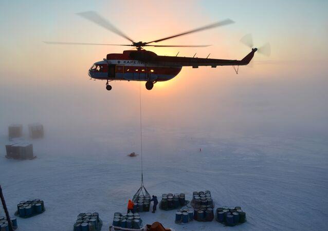 """Rosyjscy polarnicy podczas prac nad rozmieszczeniem nowej stacji dryfującej """"SP-40"""" w Arktyce"""