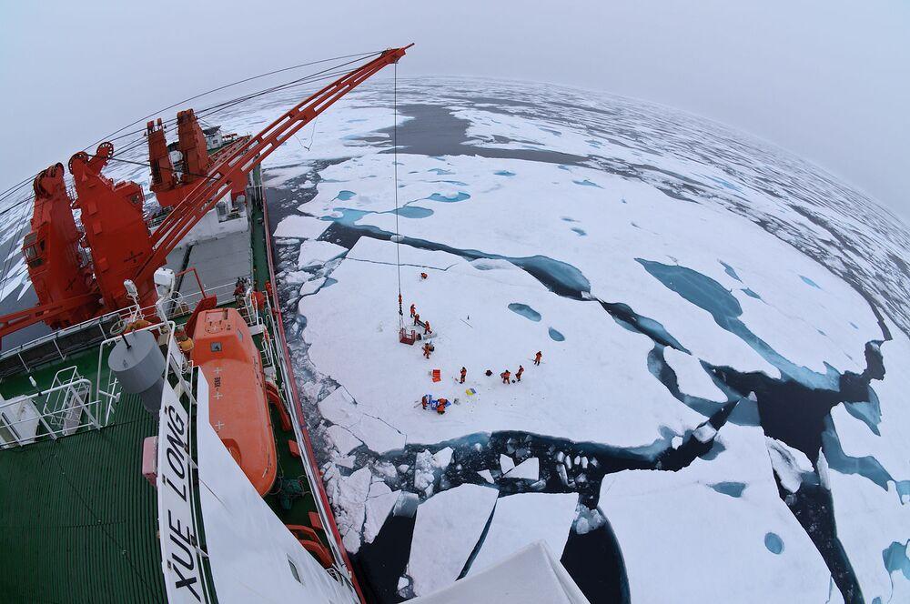 Obóz dryfujący na środku Oceanu Arktycznego, widziany z pokładu lodołamacza Xue Long.