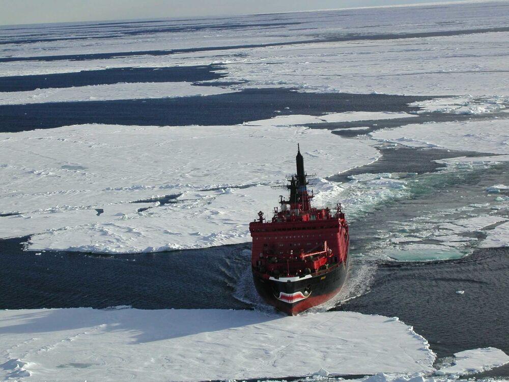 Widok z helikoptera na lodołamacz o napędzie atomowym