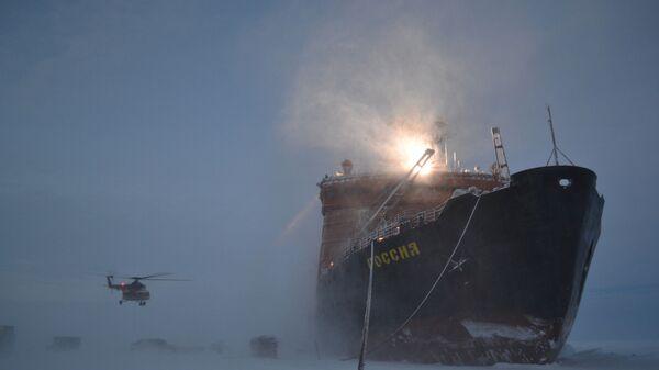 """Lodołamacz, który przywiózł rosyjskich polarników na Arktykę w celu rozmieszczenia nowej dryfującej stacji """"SP-40"""" - Sputnik Polska"""