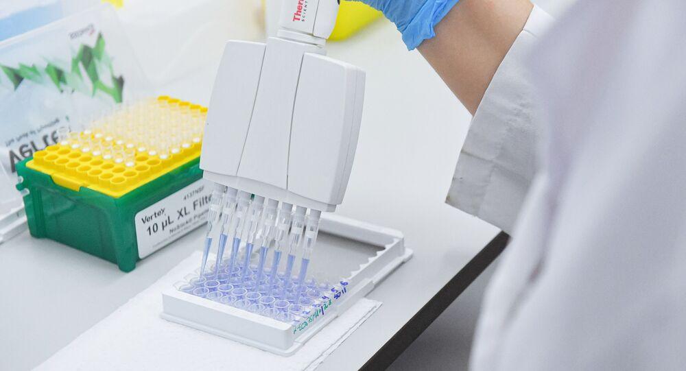 Testy i produkcja szczepionki COVID-19 w laboratorium centrum epidemiologii i Mikrobiologii Gamalei.