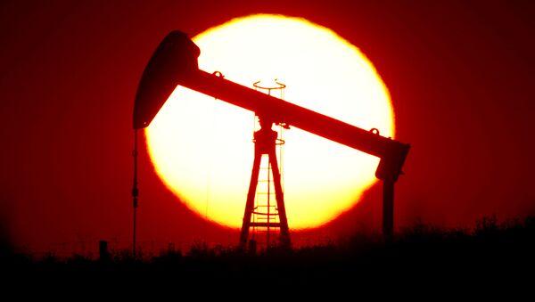 Produkcja ropy na tle zachodu słońca we Francji - Sputnik Polska