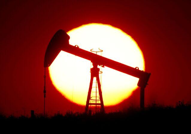 Produkcja ropy na tle zachodu słońca we Francji