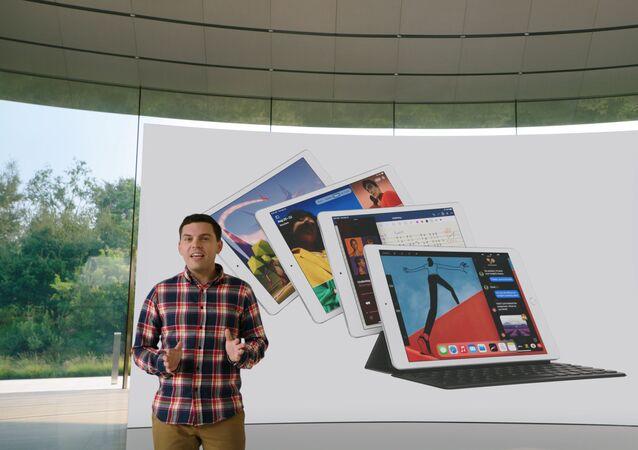 Ted Merendino przedstawia iPada ósmej generacji podczas specjalnego wydarzenia w siedzibie firmy w Apple Park w Kalifornii 15 września 2020 r.