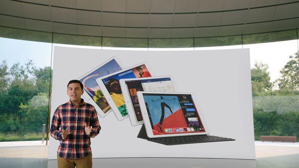 Ted Merendino przedstawia iPada ósmej generacji podczas specjalnego wydarzenia w siedzibie firmy w Apple Park w Kalifornii 15 września 2020 r. - Sputnik Polska