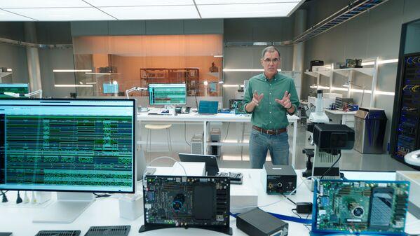 Wiceprezes Apple ds. architektury platform, Tim Millet, przedstawia nowy chip A14 Bionic w zupełnie nowym iPadzie Air podczas specjalnego wydarzenia w siedzibie firmy w Apple Park - Sputnik Polska