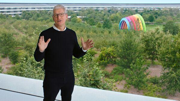 Dyrektor generalny Apple, Tim Cook, przemawia podczas corocznej premiery nowych produktów w siedzibie Apple Park - Sputnik Polska