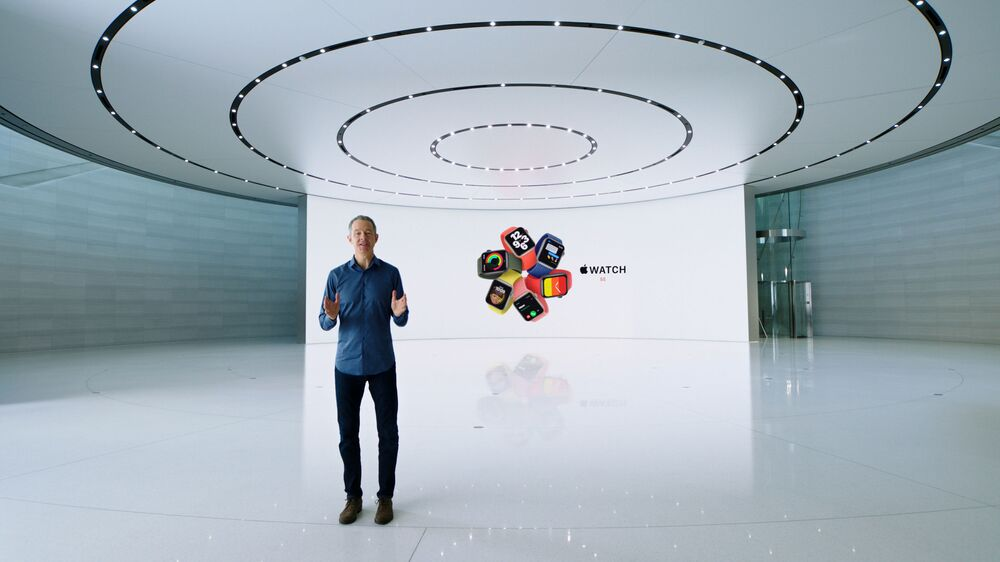 Jeff Williams podczas prezentacji nowego Apple Watch SE w siedzibie Apple Park