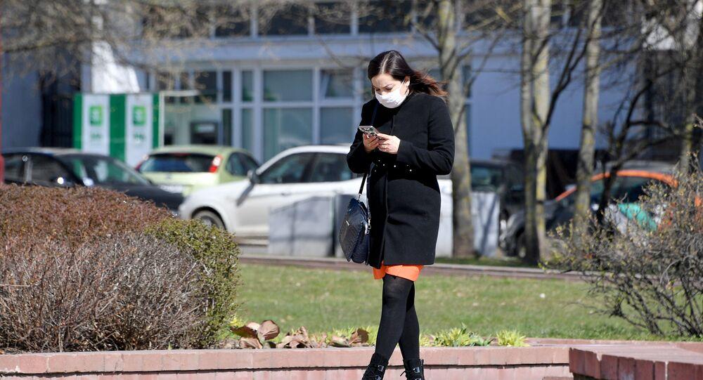 Dziewczyna ze smartfonem w rękach