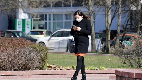 Dziewczyna ze smartfonem w rękach - Sputnik Polska
