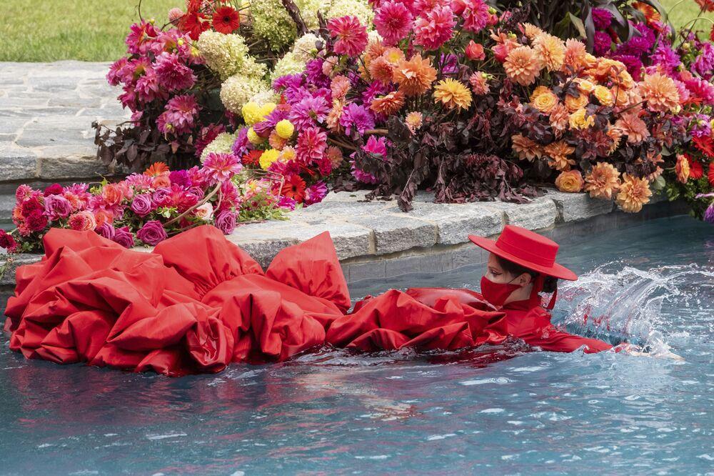 Modelka Coco Rocha pływa w basenie na pokazie Christiana Siriano podczas New York Fashion Week.