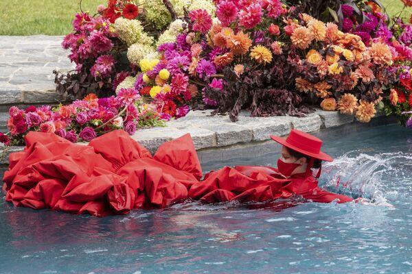 Modelka Coco Rocha pływa w basenie na pokazie Christiana Siriano podczas New York Fashion Week - Sputnik Polska