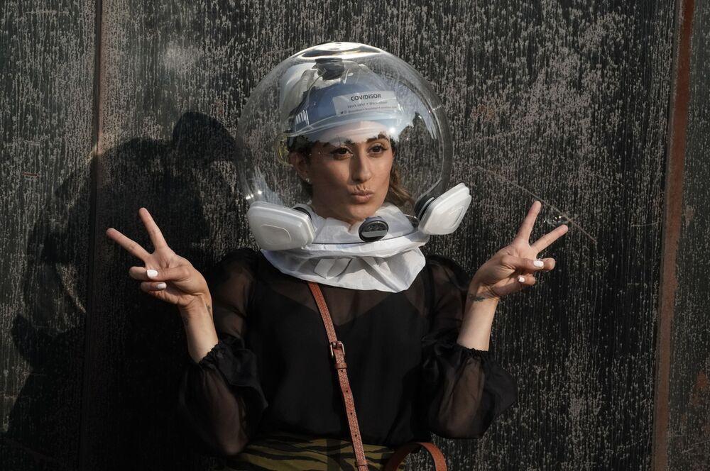 Modelka w kasku Covidisor przed rozpoczęciem pokazu na New York Fashion Week.