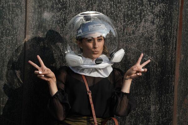 Modelka w kasku Covidisor przed rozpoczęciem pokazu na New York Fashion Week - Sputnik Polska