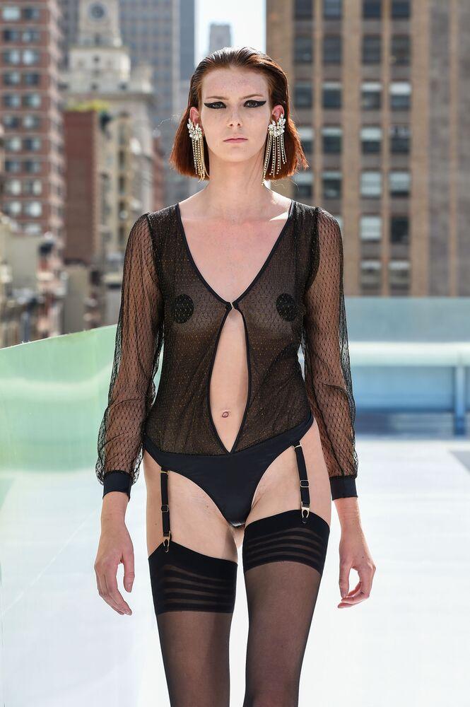Pokaz kolekcji projektanta mody Maisona Closego podczas Flying Solo NYFW Show.